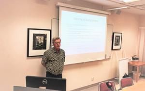 Chefläkare René Bangshöj presenterade på tisdagen händelseanalysen på en presskonferens på USÖ. I den listar han fyra områden där sjukhuset har brustit.
