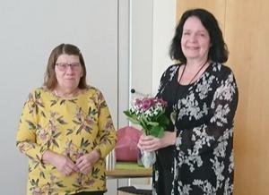 Mötesordförande Karin Holmin (till höger) tackades med blommor av styrelseledamoten Margareta Kastman. Foto: Gunilla Zetterström Bäcke