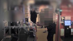 Ögonblicket precis innan mannen slår sönder kortapparaten med yxan. Foto: Icatorgets övervakningskamera