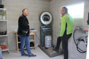 Mikael Erlandsson får instruktioner av Jari Lundberg.