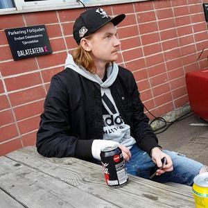 För ett knappt år sedan skjutsade Rasmus Eriksson sina kompisar till Hosjö utanför Falun. Han blev knivhuggen och avled av sina skador i sammandrabbningen som uppstod. Vittnen har sagt att han inte deltog i bråket. Bild: Privat