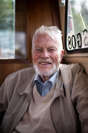 Sten-Åke Lundin njuter av sjölivet från bryggan och trotsar sina fyra hjärtinfarkter