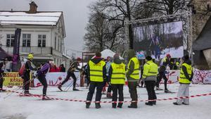 På bildskärmen på torget kunde åskådarna följa åkarna under loppet.