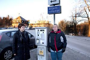 Känslig för kyla. Annette Sjölund och Katarina Palm är irriterade på parkeringsautomaterna vid Bryggargården. Så fort det blir kallt slutar de fungera.Foto: Per G Norén