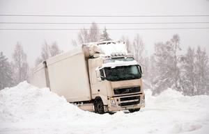 Långtradarna hade problem i snöovädret.