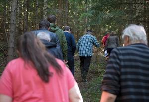 I samlad trupp gick grannskapet och representanter från kommunen upp till Nackstas höjder där bostäder planeras att byggas.