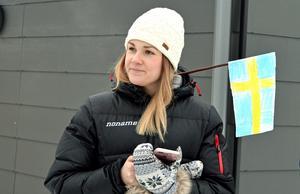 Idrottslärare Cecilia Bäckman håller invigningstalet.