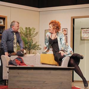 Cecilia Olssons Måna har ett gott  öga till Conny Lager, spelad av Lennart Hämäläinen.