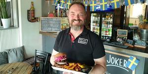 Den hör inte till  bästsäljarna men Thomas Cederblad vurmar ändå lite extra för Bar and Burgers chèvreburgare, här i dubbel tappning. Förutom getost innehåller den honung, picklad lök och barbecuesås.