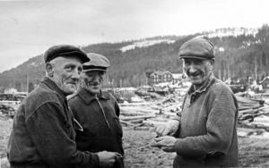 Slokhatten var länge ett kännetecken på flottare men med tiden blev kepsen vanligare. Bilden från 1963 visar flottarna Emil Nilsson, Albert Grip och Holger Svensson som tar sig en snus i väntan på att hugga i igen.