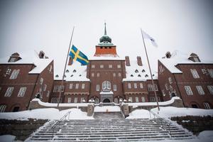 Flaggan är halad på halv stång efter tisdagens besked om Jens Nilssons bortgång.