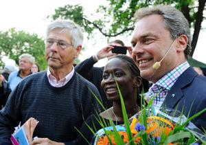 Ola Ullsten gratulerar Folkpartiets partiledare och dåvarande skolminister Jan Björklund efter dennes Almedalstal 2012. Med på bilden är dåvarande jämställdhetsminister Nyamko Sabuni (FP)
