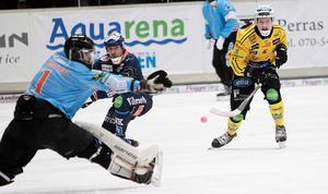 Broberg hade de flesta och bästa chanserna i fredagens derby. Här är det Martin Söderberg som bommar ett prima läge ensam med Patrik Aihonen i Bollnäs bur.