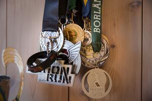 Medaljer hänger i klasar på köksväggen.