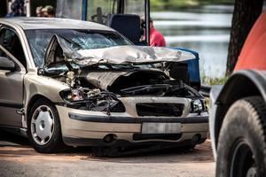Personbilen blev även den skadad i krocken.