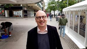 Lasse Karlsson, komiker och regissör säger att det är revyns jobb att granska makten.