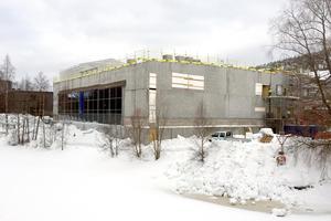 Den nya simhallen tar form, men den kostnaderna för den stiger nu med tolv miljoner kronor.