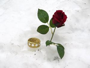 En ros och en ljuslykta utanför huset på Söder i Gävle där den 30-åriga kvinnan mördades.