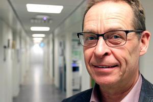 Enligt smittskyddsläkare Micael Widerström är risken för smittspridning liten om man inte har sår eller eksem och om man följer hygienrutinerna.