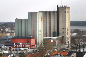 Alla silor står ännu kvar i april 2012. Den första silon, den västra rosa, uppfördes på 1940-talet och den sista, längst öster ut, byggdes 1971. Fram till för ett par år sedan fanns också en stor lada med loppis och ett grönt litet hus med en blomsteraffär i hamnen närmast Roslagsgatan.