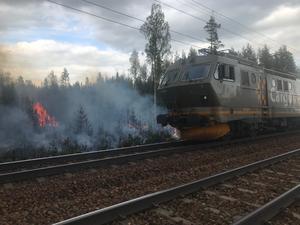 Ett godståg kunde så småningom köra förbi brandplatsen, i krypfart.