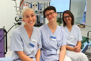Sjuksköterskorna Anna Olsson, Olga Semjanova och Cathrine Theuer är måna om att sprida en god och glad stämning under undersökningen så att patienten slappnar av.