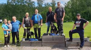 Kjell-Åke Persson och Karola Fängström högst upp på prispallen med hunden Eyla.