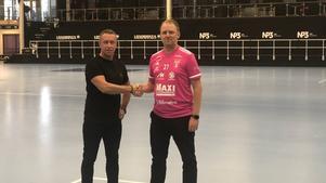 IBF Faluns klubbchef Patrik Bäck hälsar Claes Hammarsten Tirus, ny kommunikationsansvarig, välkommen till föreningen. Foto: IBF Falun