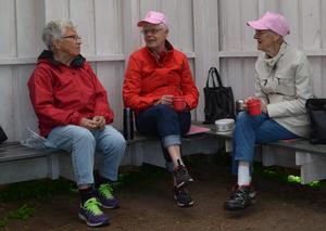 Fikapausen i Boulespelet är mycket viktig. Då får man umgås en stund. Ingrid Hedman, Hulda Jonsson och Margit Nordin njuter av gemenskapen och fikat.