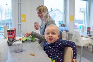 Alessia tycks trivas alldeles utmärkt med pedagogen Madeleine Persson - och i förskolans nya matsal.