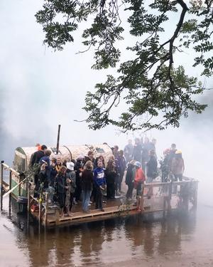 Gagnef-festivalens älskade bastubåt puttrandes in i dimman på Dalälvens vattenyta. FOTO: Erik Augustin Palm