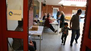 Många kom till Heby skola för att rösta under söndagen.