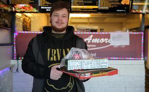 Det passade bra med pizza tyckte Emil Friberg och ville samtidigt bidra till insamlingen och stötta något bra.
