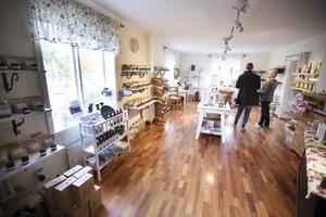 I gårdsbutiken säljer Ulrike bland annat egentillverkad vinäger, glögg, saft, sylt marmelad, gelé, grillolja, senap, pollen och honung.