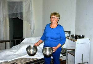 Tidigare vårdbiträdet Gerd Johansson minns hur hon tvingades väcka de små barnen mitt i natten för att sätta dem på pottorna.