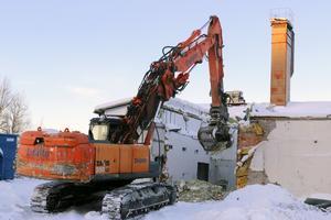 Försiktighet präglar den rivning som just nu pågår kring Östersunds slakteri. Det talas om tre olika moment: Sanering, lätt rivning och tung rivning. Men ännu står huvudbyggnaden kvar.