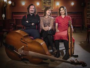 Sångsystrarna Sofia Sandén och Ulrika Bodén kommer till festivalen, tillsammans med  Patrik Grundström och hans bas. Pressbild.