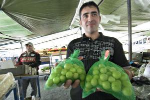 Nyskördade plommon från Turkiet är Emin Tursaks favorit.
