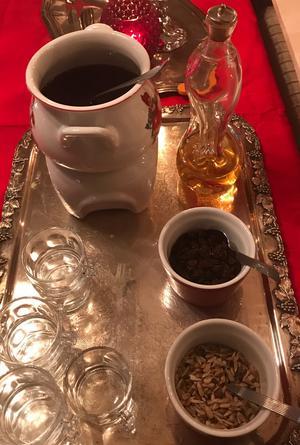 Ulvkällaglögg. Lingondricka och svartvinbärssaft kryddad med lite juliga smaker. Kan spetsas med starkare dryck efter smak.