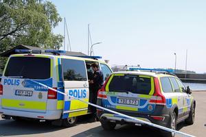 Flera polisbilar syntes vid Lögarängen när polisen åter sökte i Mälaren efter Ingrid Berglund.