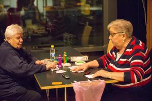 Irene och Irene spelar ofta lite poker innan bingot börjar.