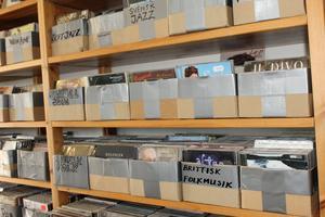 I cd-hyllorna finns alla sorters genrer, vissa väldigt breda och andra ganska smala, till exempel pop, funk, svensk jazz och brittisk folkmusik.