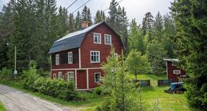 Villan var förr affär i Ågs bruk, anno 1918. Rymliga rum, högt i tak, vedspis i köket och kakelugn. Foto: Mikael Tengnér/Länsförsäkringar fastighetsförmedling.