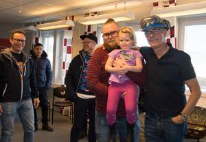 Även män i hjälm bör läsa böcker - för sig själva och sina barn. Pontus och Tuva Ekengren med hjälmprydde författaren Torgny Karnstedt och några andra av papporna i kursen.