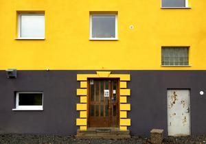 Den gula fasadfärgen på Östergatan 2 väcker gillande.