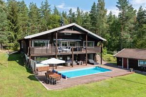Timmervilla i idyllisk bymiljö. Poolområde och spabad i insynsskyddat söderläge. Foto: Patrik Persson.