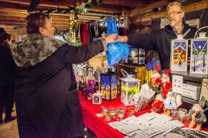 Ann-Katrin Stööd från Karlstad köper en julklapp av Tönu Köks.