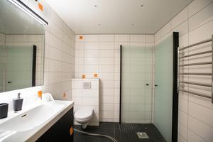 Det har nu gått ett halvår sedan Comfort Vatten & Värme inledde renoveringsarbetet i Anders badrum. Fortfarande står badrummet halvfärdigt, och vatten saknas helt. Besiktningsmannen Gunnar Westlind beskriver statusen som