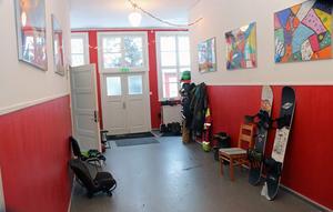 Gott om yta i hallen att ställa ifrån sig skidor och snowboards.