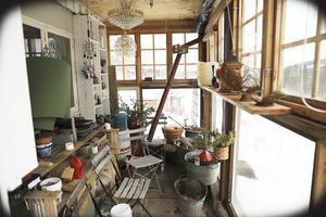 Det inredda orangeriet på baksidan av huset är en gynnsam plats för grönsaksodlingar som kräver värme.